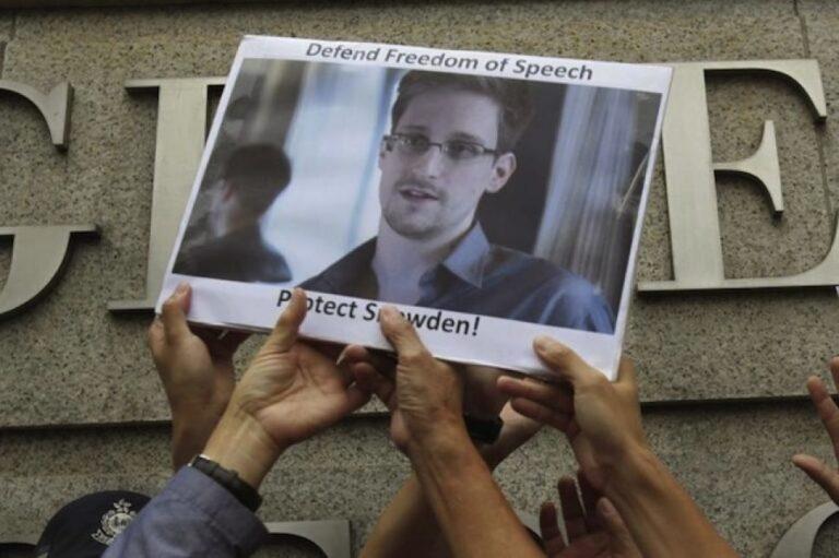Manifestantes-seguram-imagem-de-Snowden-durante-protesto-em-frente-ao-consulado-dos-EUA-em-Hong-Kong-em-2013.-Fonte-Reuters-768×511